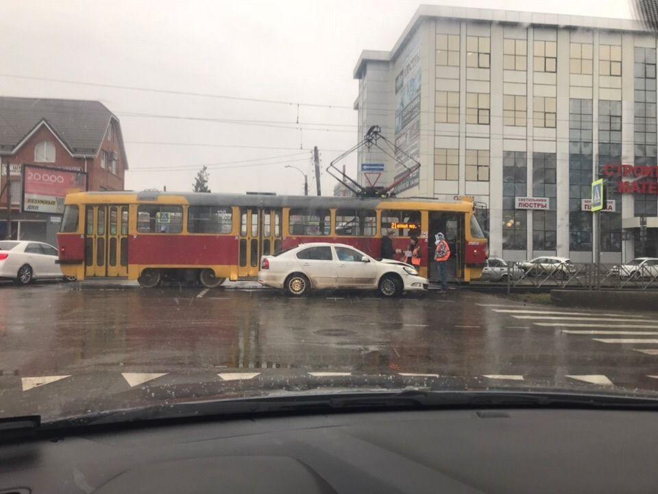 В Краснодаре в 2018 году аварии с автомобилями парализовали работу трамваев на 1,8 тыс. часов, это 83 дня