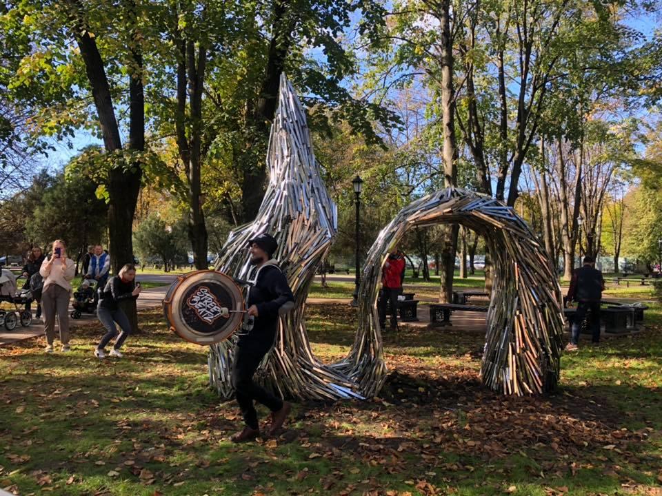 В сквере рядом с Чистяковской рощей открыли скульптуру Draped Data авторства Владимира Омутова