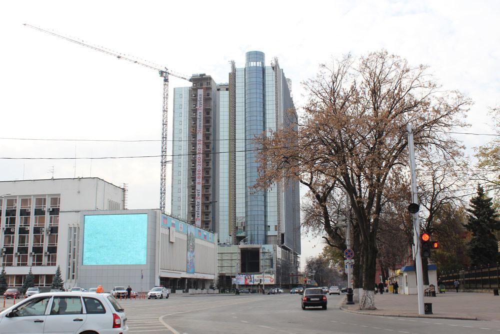 Тротуар возле отеля «Мариотт» расширят