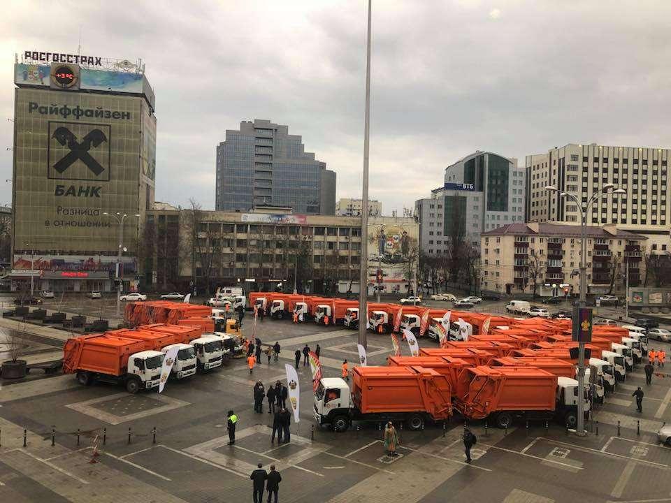 В Краснодаре представили новые мусороуборочные машины
